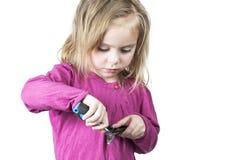 修理剪刀的小女孩 免版税图库摄影