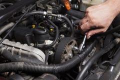 修理发动机的人 免版税库存图片