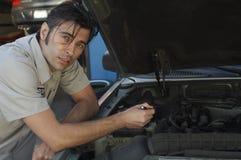 修理发动机的技工 免版税库存照片