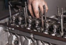 修理发动机 免版税库存照片