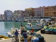 修理和准备他们的在码头区的渔夫网在安济奥,在罗马南部,意大利 库存图片