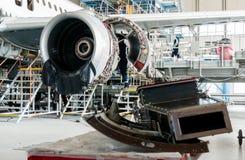 修理和现代化的被拆卸的飞机在喷气机飞机棚 免版税库存图片