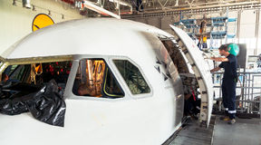 修理和现代化的被拆卸的飞机在喷气机飞机棚 免版税库存照片