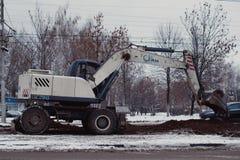 修理和维护在一个铁路线旁边的电子基础设施困难和危险工作  库存照片