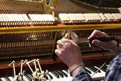 修理和调整老钢琴 库存图片