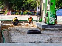修理和维护燃料管地下 免版税库存图片