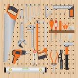 修理和建筑在钉木背景的工具 皇族释放例证