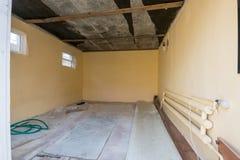 修理在一个私有房子里,从入口的看法到前提 免版税库存图片