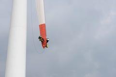 修理在一台风车的刀片的工作电力生产的 库存图片