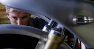 修理在修理车库4k的男性技工摩托车 股票录像