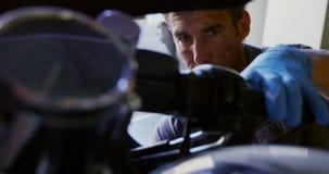 修理在修理车库4k的男性技工摩托车 影视素材