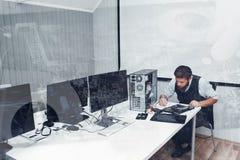 修理在办公室,两次曝光的计算机 图库摄影