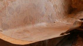 修理在房子里 剥去从墙壁的老棕色墙纸 老墙纸一个大片断剥落墙壁 股票视频