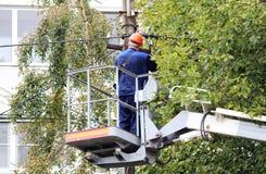 修理在杆的电子工作者导线在推力汽车帮助下 库存照片