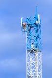 修理在电信塔的技术员 免版税库存照片
