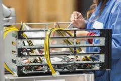 修理在电子工业的女性工程师的中央部位计算机零件 库存照片