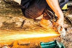 修理在自动汽车商店sta的机械工钢火花火光 免版税库存照片