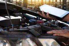 修理在车库汽车修理发动机,克洛的技工一辆汽车 免版税库存图片