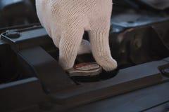 修理在车库汽车修理发动机,克洛的技工一辆汽车 库存图片
