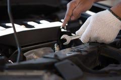 修理在车库汽车修理发动机,克洛的技工一辆汽车 免版税库存照片