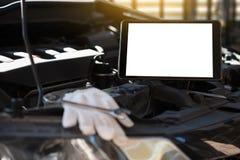 修理在车库汽车修理发动机,克洛的技工一辆汽车 库存照片