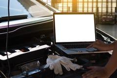 修理在车库汽车修理发动机,克洛的技工一辆汽车 免版税图库摄影
