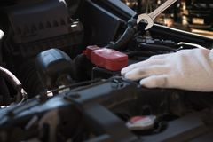 修理在车库汽车修理发动机,克洛的技工一辆汽车 图库摄影