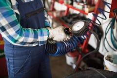 修理在车库的女性技工一辆汽车 库存照片