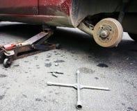 修理在车库的汽车闸 免版税库存图片