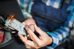 修理在车库的资深女性技工一辆汽车 免版税图库摄影