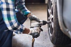 修理在车库的资深女性技工一辆汽车 图库摄影