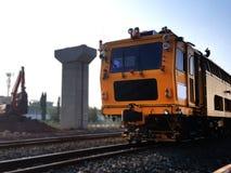 修理在铁路的火车在现代火车结构背景中 免版税库存照片