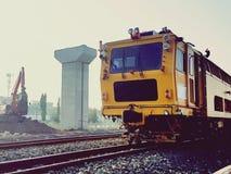 修理在铁路的火车在现代火车结构背景中 库存照片