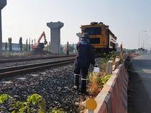 修理在铁路的火车在现代火车结构背景中 图库摄影