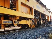 修理在铁路的火车在现代火车结构背景中 免版税库存图片