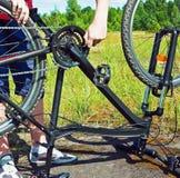 修理在领域的一辆自行车 免版税图库摄影