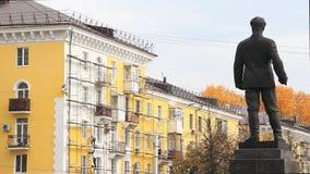 修理大厦的脚手架的建筑工人 一个人的金属雕象从后面的 股票录像
