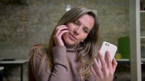 修理她的头发的可爱的白种人妇女特写镜头画象摆在和做selfie在办公室工作场所 股票视频