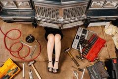 修理她的汽车的妇女 免版税库存照片