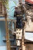 修理导线的电工 图库摄影