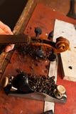 修理小提琴 免版税图库摄影