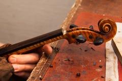 修理小提琴 免版税库存图片