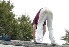 修理屋顶泄漏的DIY房主 库存照片