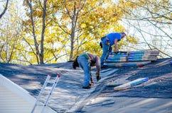 修理屋顶的工作者 免版税图库摄影