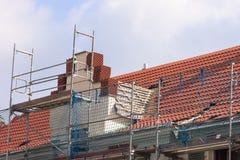 修理屋顶 免版税库存照片