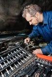 修理引擎的技工 免版税库存照片