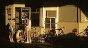 修理微笑的妇女的美好的自行车山维修服务 免版税库存图片