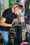 修理打破的打印机传真机的硬件安装工 免版税库存照片