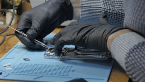 修理打破的智能手机的人在车间 影视素材