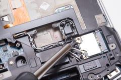 修理打破的计算机部件的螺丝刀 图库摄影